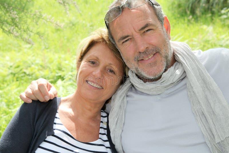 Gladlynta höga par som går i skog royaltyfri bild