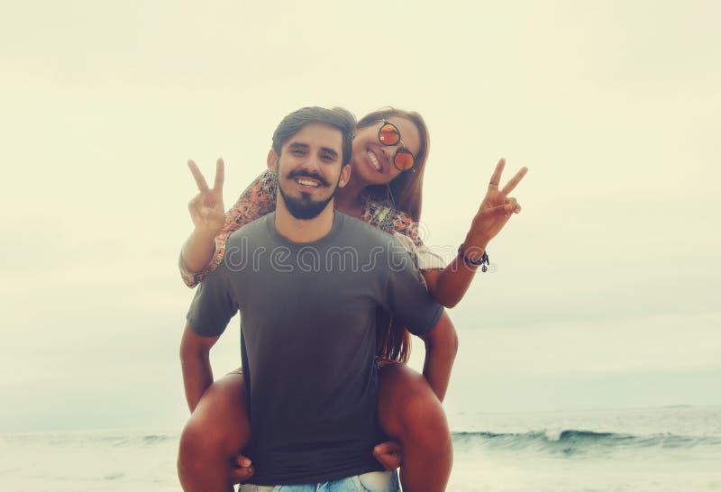 Gladlynta hippieförälskelsepar i tappningsommar utformar royaltyfria foton