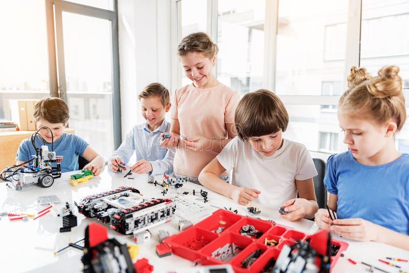 Gladlynta le barn som konstruerar lego arkivfoton