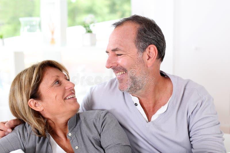 Gladlynta le höga par som hem tycker om arkivfoto