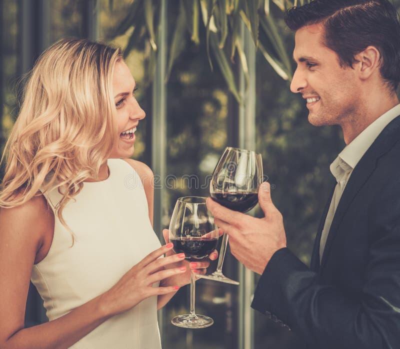 Gladlynta par i en restaurang royaltyfri bild