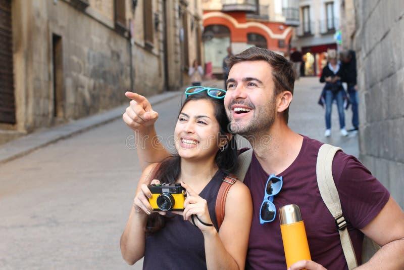 Gladlynta par som tycker om en semester arkivfoton