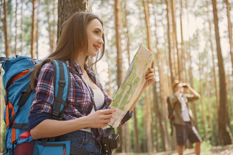 Gladlynta par som tycker om naturen på tur fotografering för bildbyråer