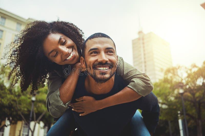 Gladlynta par som tycker sig om i staden royaltyfria bilder