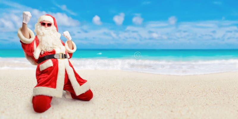 Gladlynta Santa Claus är lycklig om hans perfekta semesterdestin arkivfoton