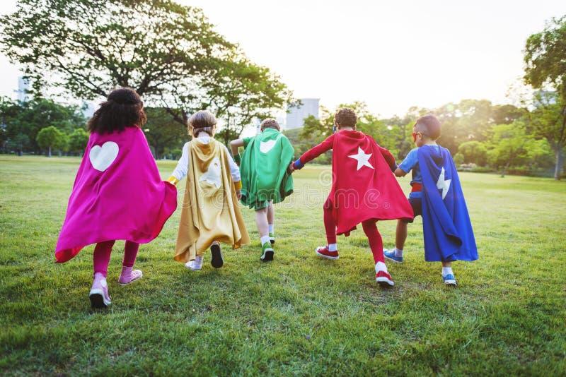 Gladlynta ungar för Superheroes som uttrycker Positivity royaltyfri fotografi