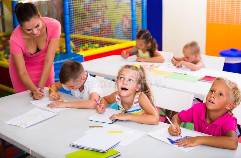 Gladlynta ungar på skolakursen royaltyfri fotografi