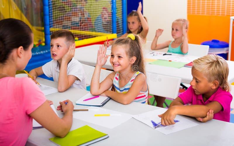Gladlynta ungar på skolakursen royaltyfria foton
