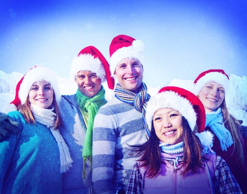 Gladlynta vänner för julsemester som förbinder begrepp arkivbild