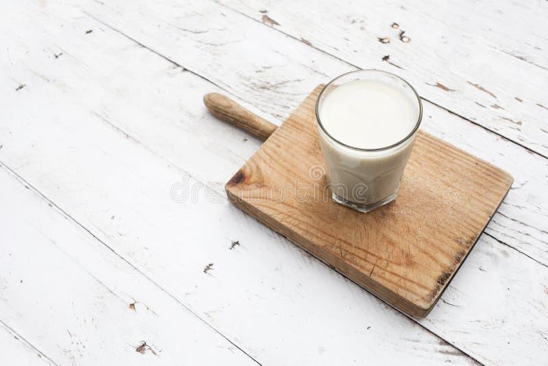Glads mleko na nieociosanym białym drewnianym stole Zdrowy śniadanie, obrazy royalty free