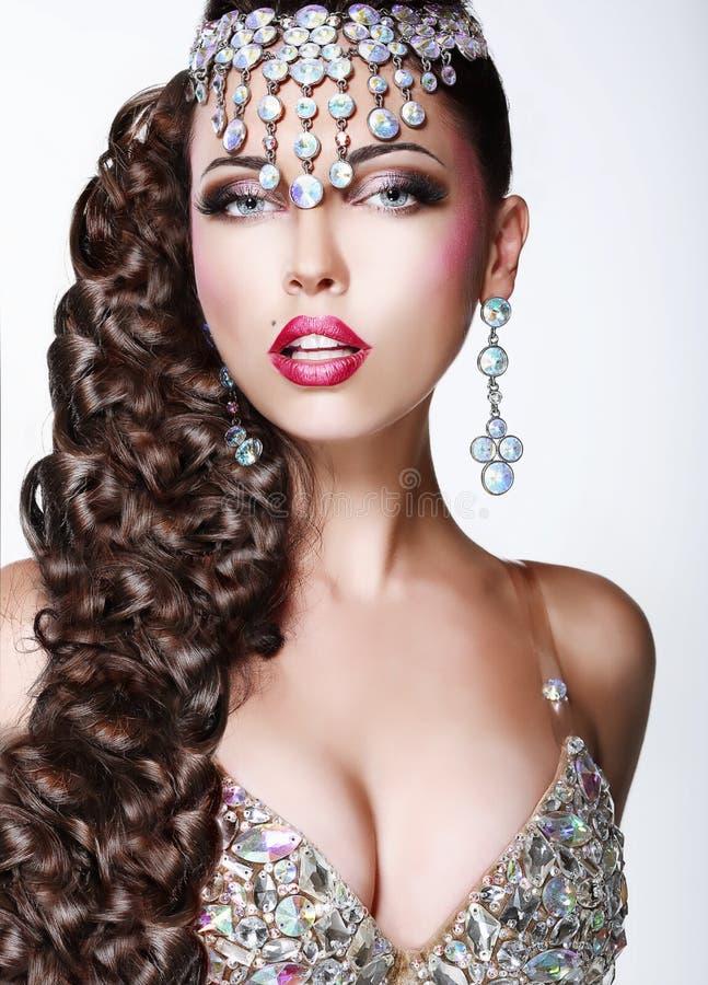 Glam. Luxo. Mulher elegante com cacho trançado longo imagens de stock