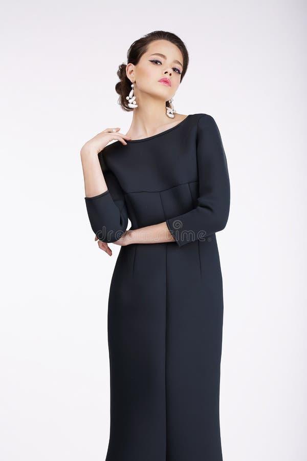 glam Lyxig modemodell i svart klänning royaltyfria foton