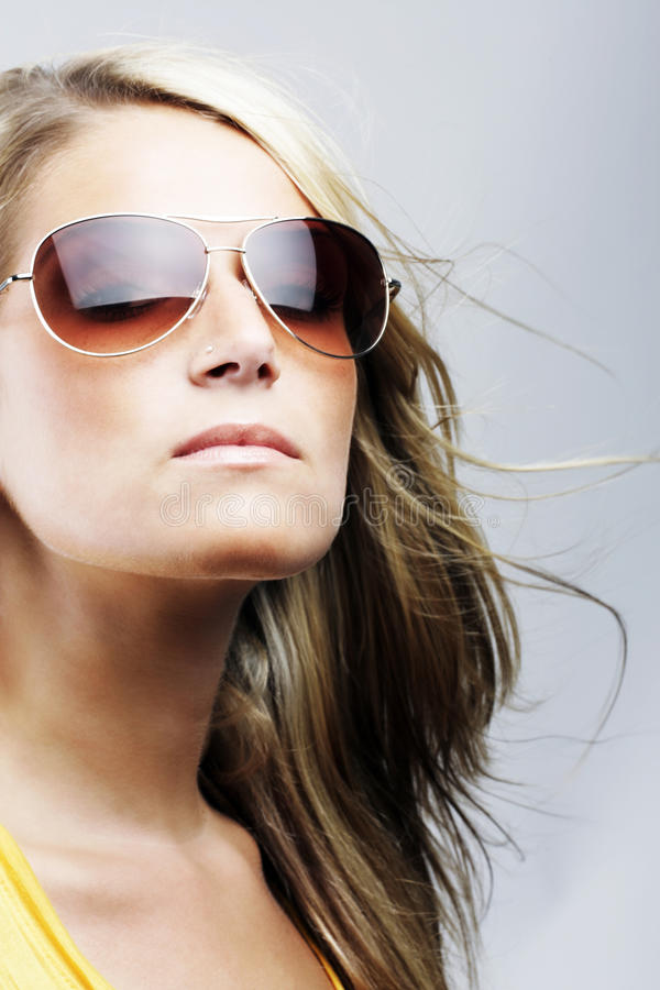 Glamorös blond kvinna i solglasögon royaltyfri fotografi