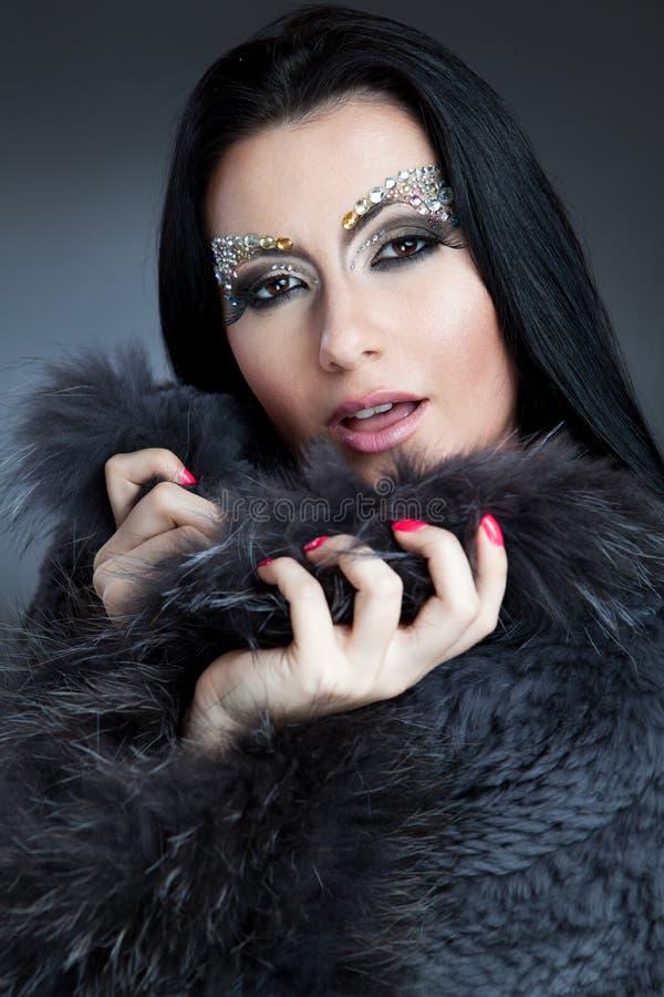 Glamorös caucasian kvinna med det smyckensmink och laget arkivfoton