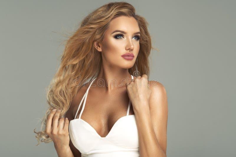 Glamorös curvy blond kvinna fotografering för bildbyråer