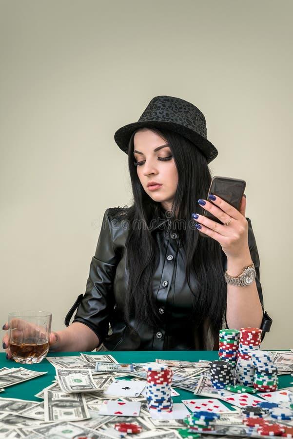 Glamorös flicka i kasino med mobiltelefonen arkivbilder