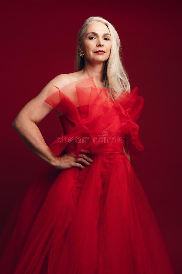 Glamorös hög kvinna i röd klänning arkivbild