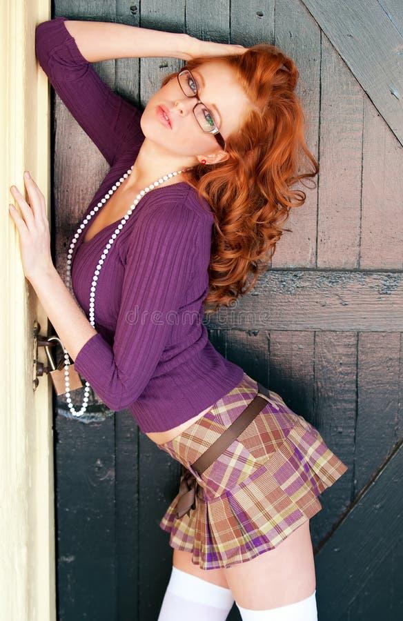 glamorös hövdad röd kvinna fotografering för bildbyråer