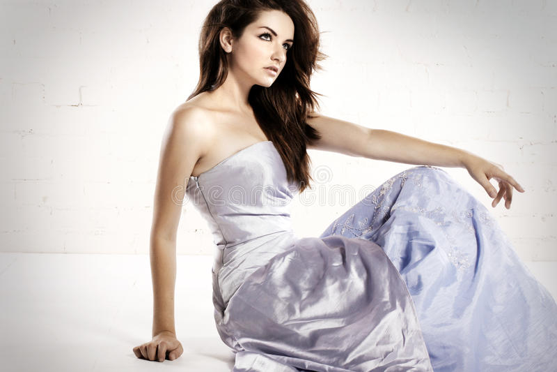 glamorös kvinna för klänning royaltyfri foto