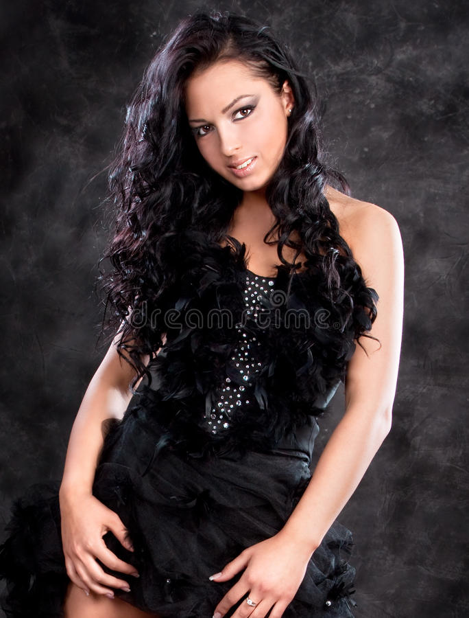 glamorös kvinna för svart klänning arkivfoton