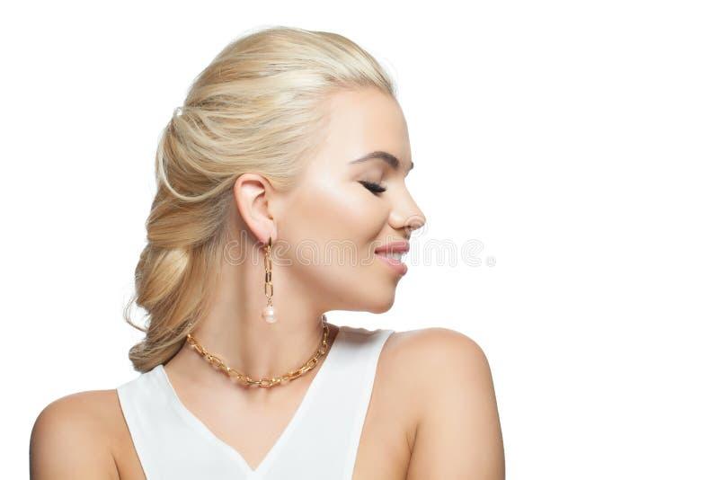 Glamorös kvinna med guld- smycken och pärlor som isoleras på vit bakgrund royaltyfri bild