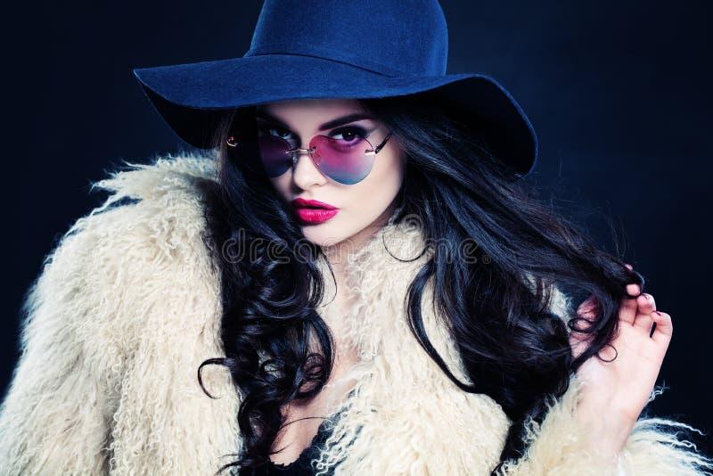 Glamorös kvinna med lockigt hår arkivfoto