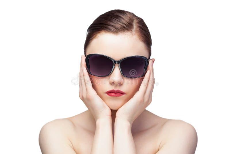 Glamorös modell som bär stilfull solglasögon arkivbild