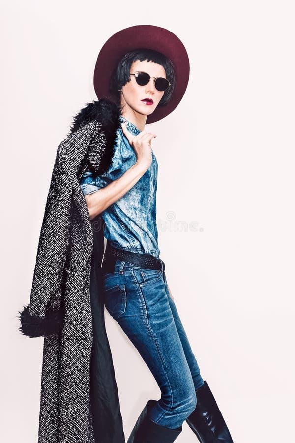 Glamorös modemodell i lag och stilfull jeanskläder Fashi arkivbild