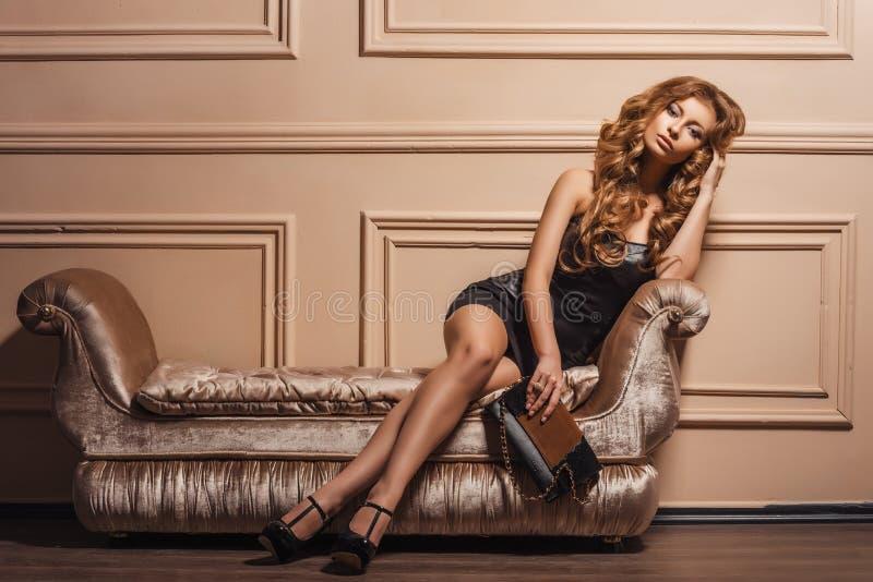 Glamorös stående av den unga härliga kvinnan i läderskor och stilfull handväska arkivfoton