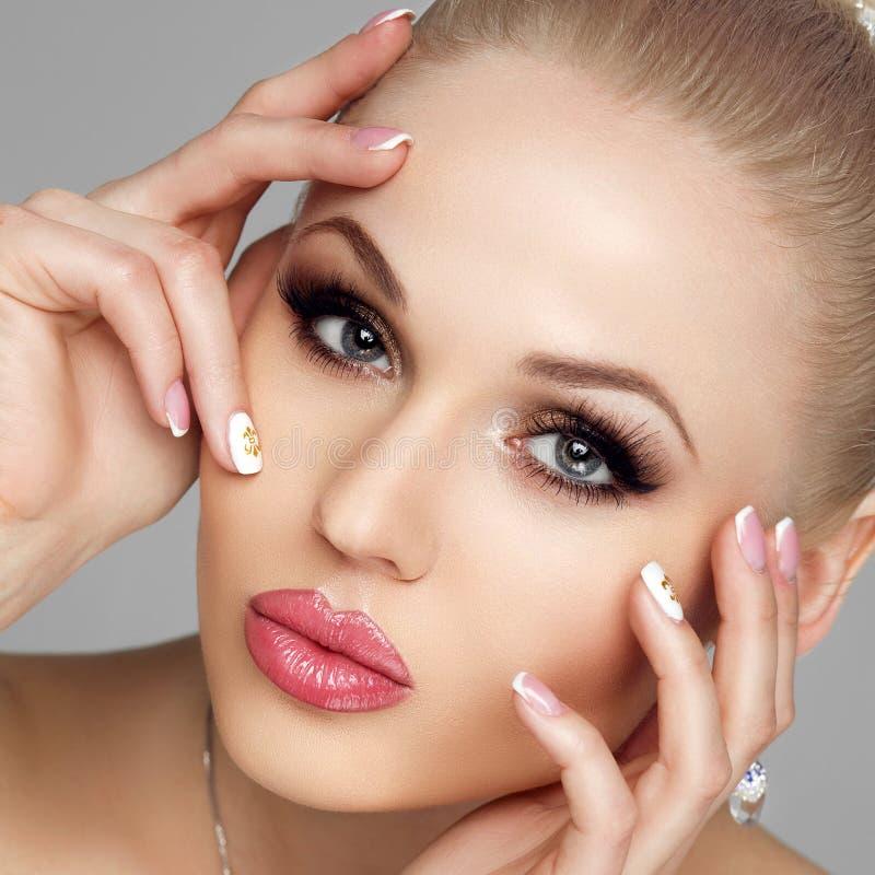 Glamorös stående av den unga kvinnan med ljus makeup, ny hud Långa ögonfrans, skinande hår, highlighter, ögonskugga fotografering för bildbyråer