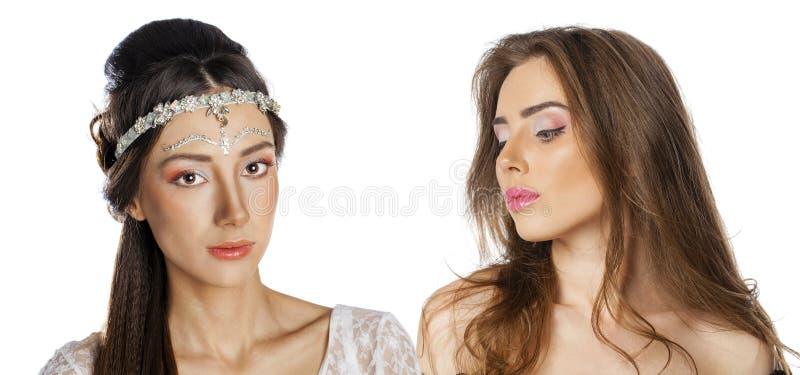 Glamorös stående av två unga härliga kvinnor royaltyfria foton