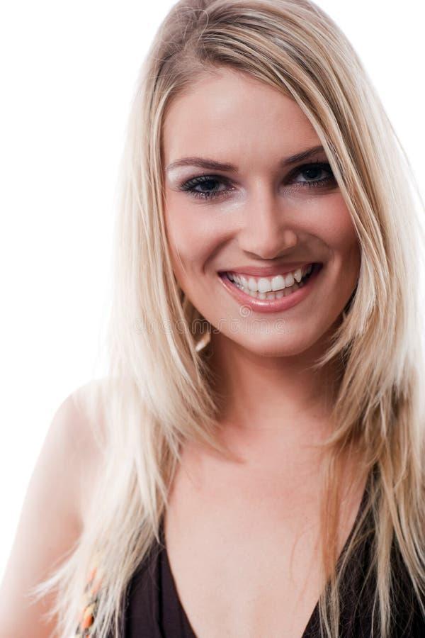 Glamorös ung blond kvinna med ett älskvärt leende arkivbild
