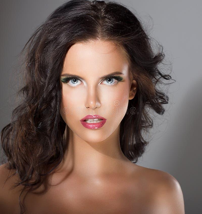 Glamorös ung kvinna med perfekt sund ren hud. Naturlig makeup royaltyfri bild