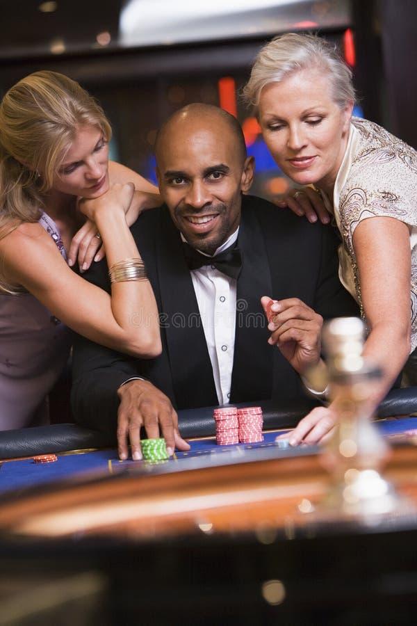 glamorösa mankvinnor för kasino royaltyfri fotografi