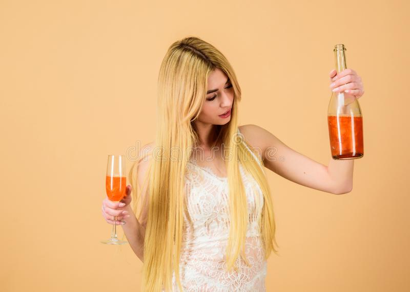 glamor?st parti Flickan som dricker p?rlan, bl?nker champagne F?r kl?nningflaska f?r kvinna vit drink f?r alkohol f?r exponerings arkivfoto