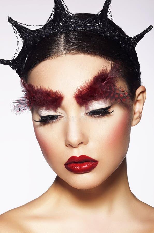 glamor Zonderlinge Vrouw met Surreal Theatrale Hairdress stock afbeeldingen