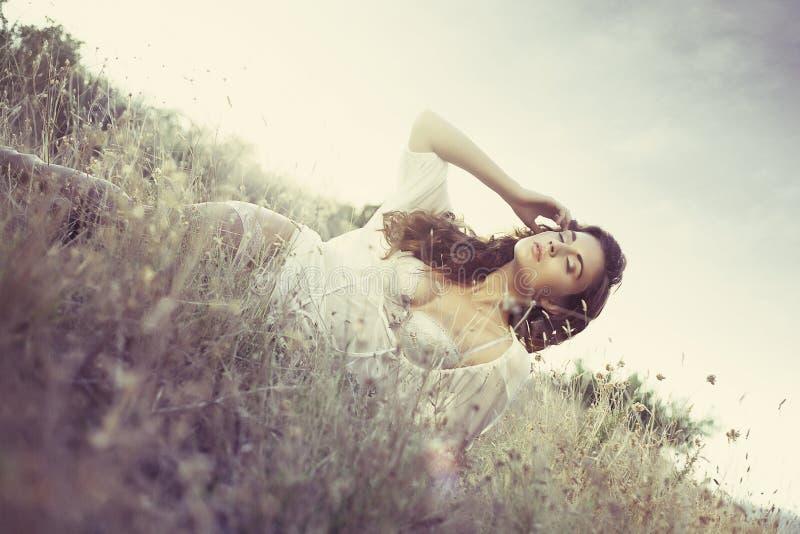 Glamour aantrekkelijk meisje in gras royalty-vrije stock foto