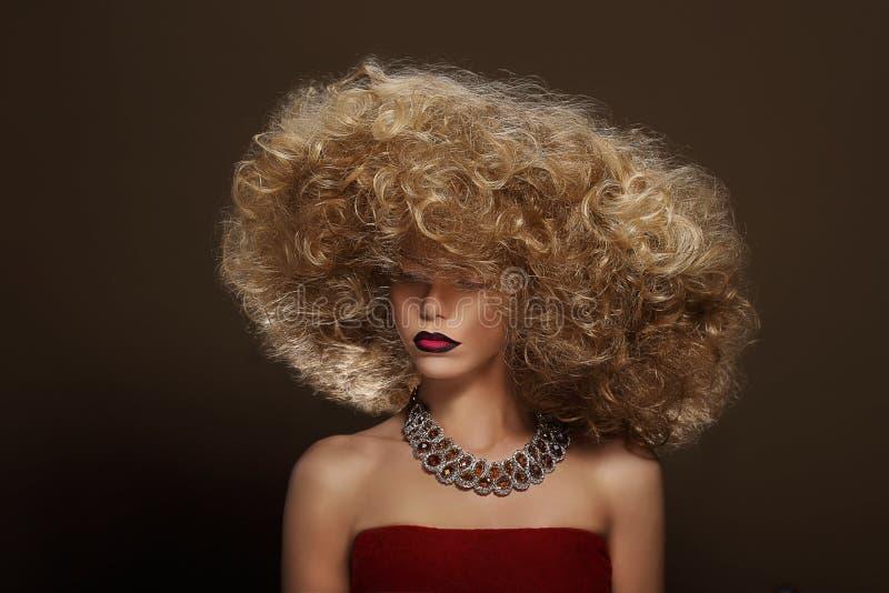 glamour Flott ursnygg kvinna med lockiga Permed hår arkivbild