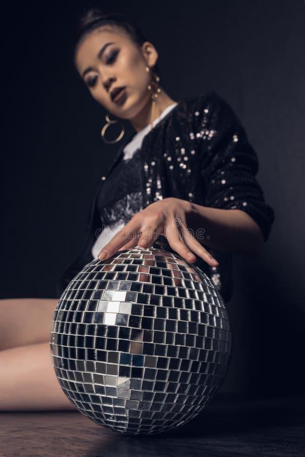glamour het Aziatische meisje stellen met discobal royalty-vrije stock fotografie