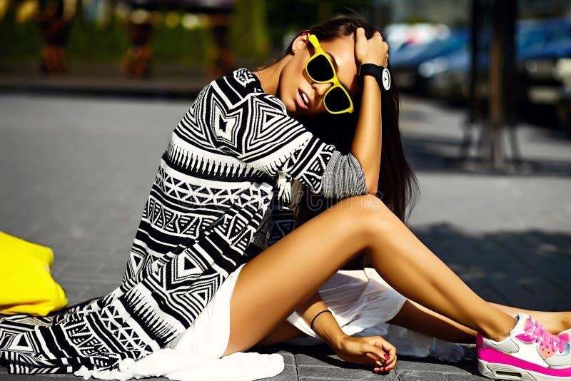 glamour modieuze model in de kleren van de hipsterzomer stock foto's