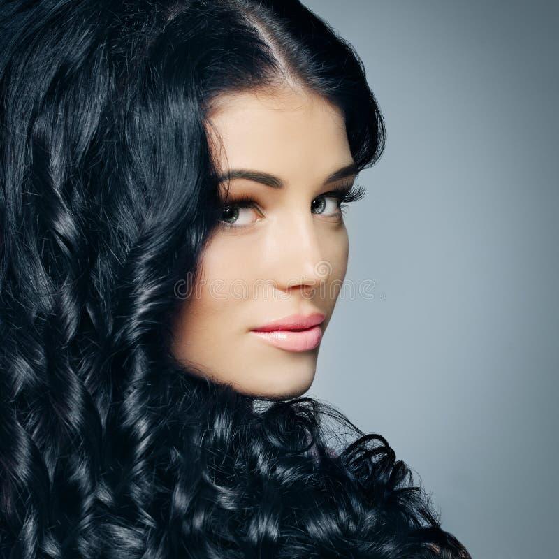 Glamourbrunette met mooie haar en make-up stock fotografie