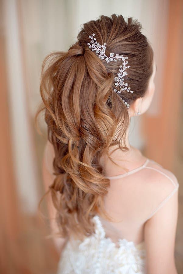 Glamourdamstående i lyxig klänning Härlig modellflicka med den perfekta modemakeup och frisyren arkivfoton