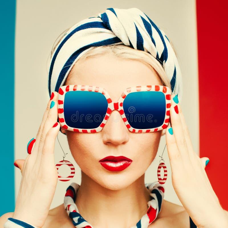 Glamourmodell Marin- stil fashion sommaren arkivfoto