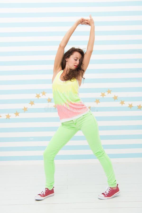 Glamourmodemodell Galen flicka i färgrik sportig kläder Lycklig och stilfull sexig kvinna Dansare för höftflygturkvinna arkivfoton