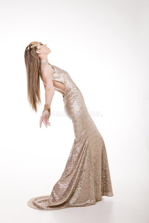 Glamourous женщина в сверкная золотом платье стоковые изображения rf