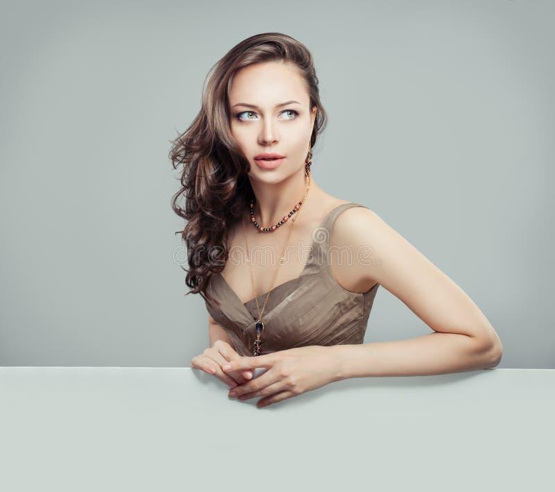 Glamourous женщина с курчавым стилем причесок, макияжем стоковое изображение