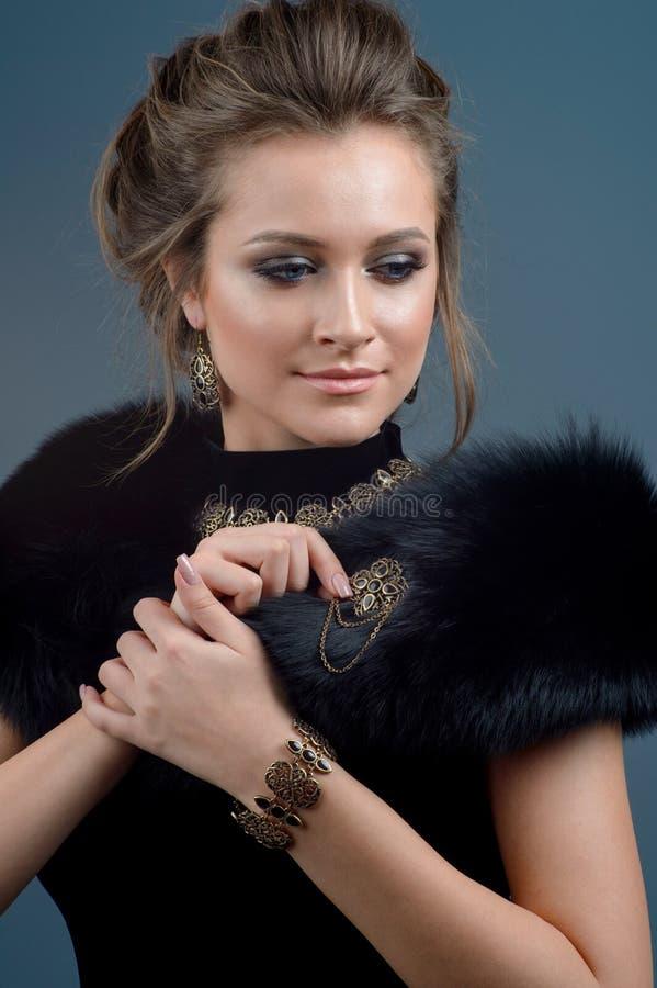 Glamourous ретро портрет женщины Дама очарования красоты Br ювелирных изделий стоковое фото rf