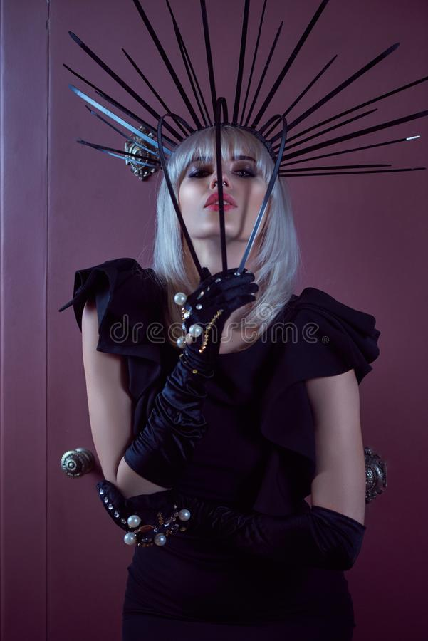Glamourous blondynki kobieta z mody spojrzeniem przy bank skrytką fotografia royalty free