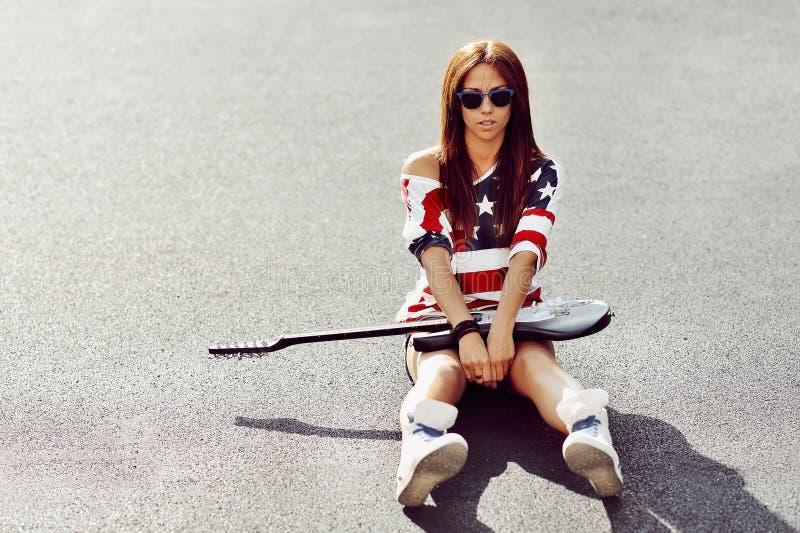 Glamourous portret młoda piękna kobieta z gitarą zdjęcia royalty free