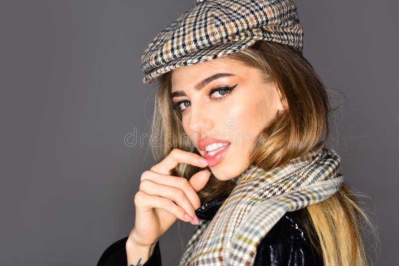 Glamourous portret piękna kobieta w eleganckim kapeluszu i szaliku Trend mody spojrzenie Piękno mody modela dziewczyna obraz stock